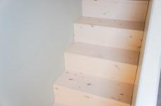 trapje in kinderkamer naar duplex, met ingewerkt huisje en bureau