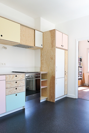 Kitchen in pine plywood with pastel colored laminate